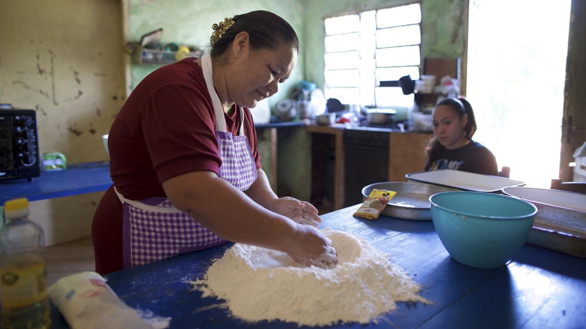 hermana haciendo pan