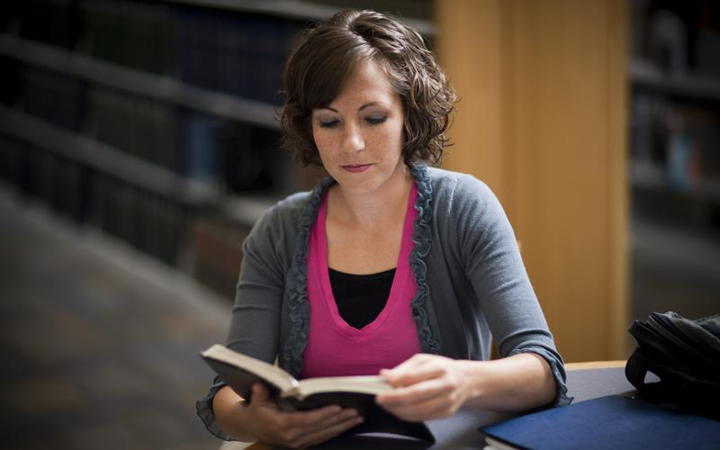 Adulta joven estudiando