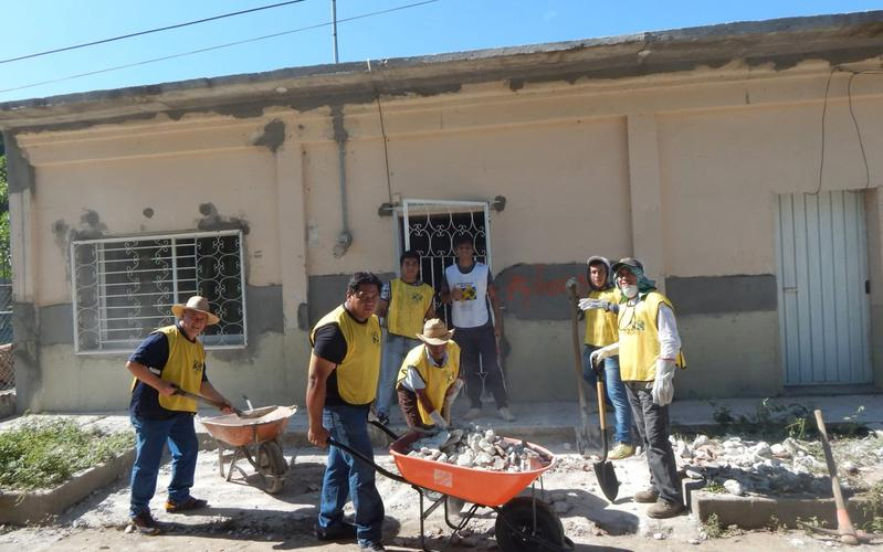 Voluntarios de manos que ayudan respondiendo a emergencias en México