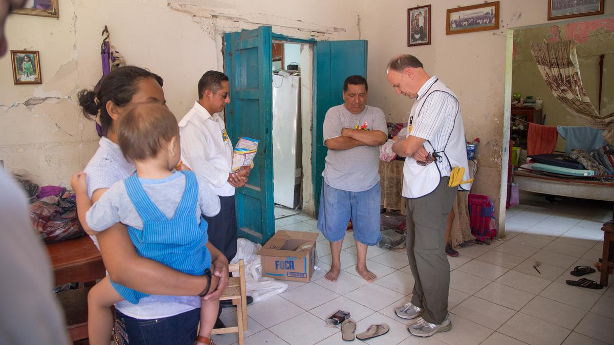 Familia orando junto con élder Pieper