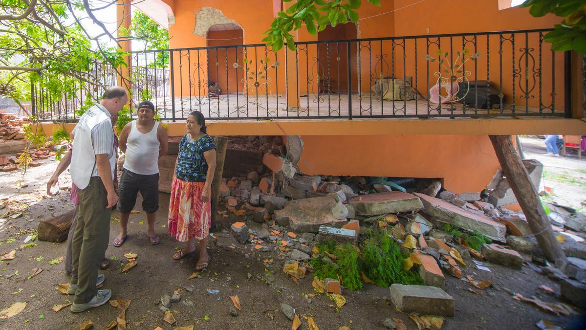 Élder Pieper visitando zonas dañadas por el terremoto