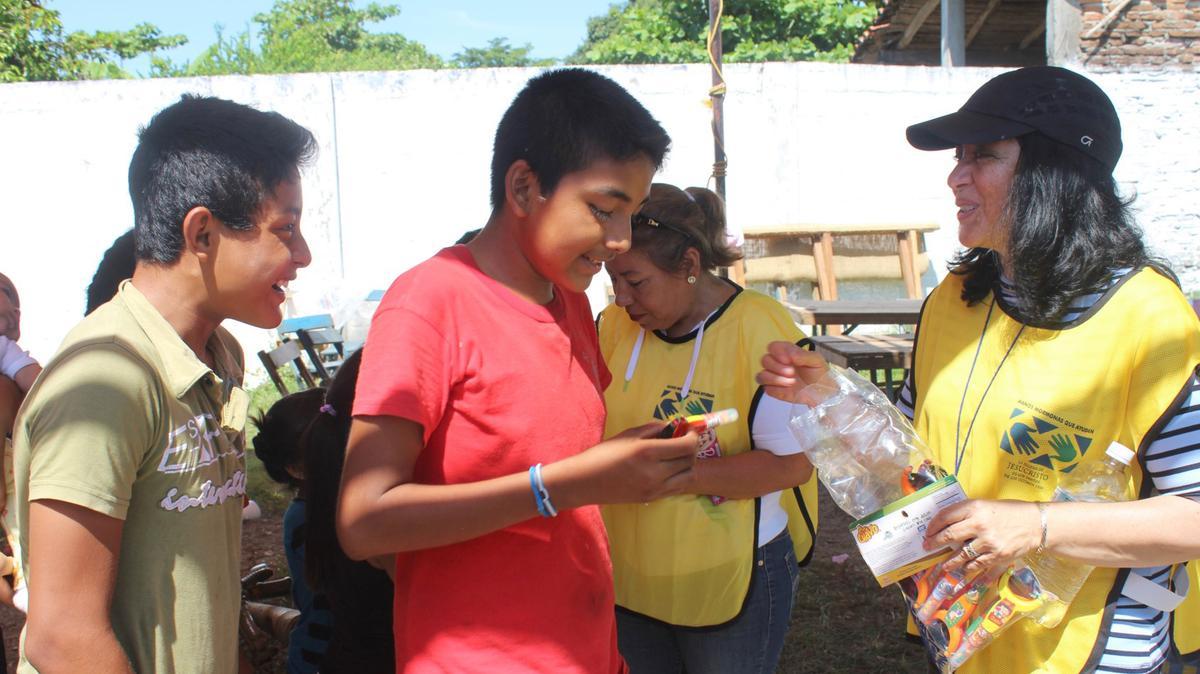 Hermana Valenzuela entregando dulces a niños