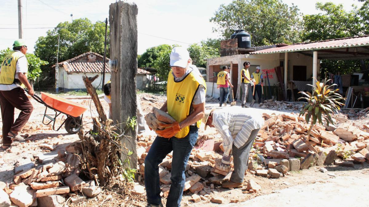 Élder Valenzuela y voluntarios trabajando