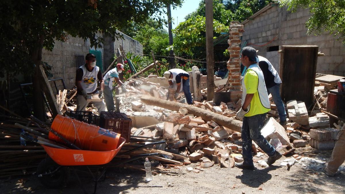 Voluntarios removiendo escombros