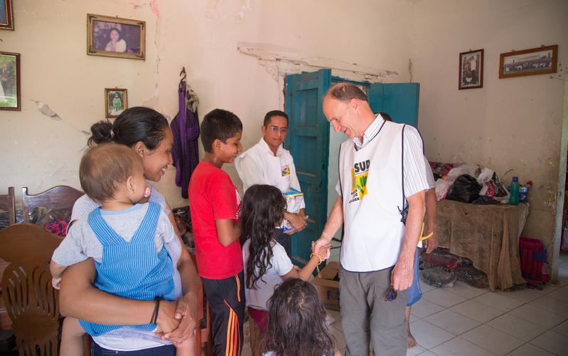Élder Pieper visitando a los miembros afectados por el terremoto