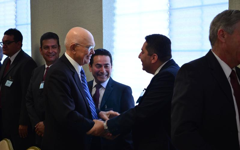 Élder Dallin H. Oaks saludando a miembros de Chihuahua
