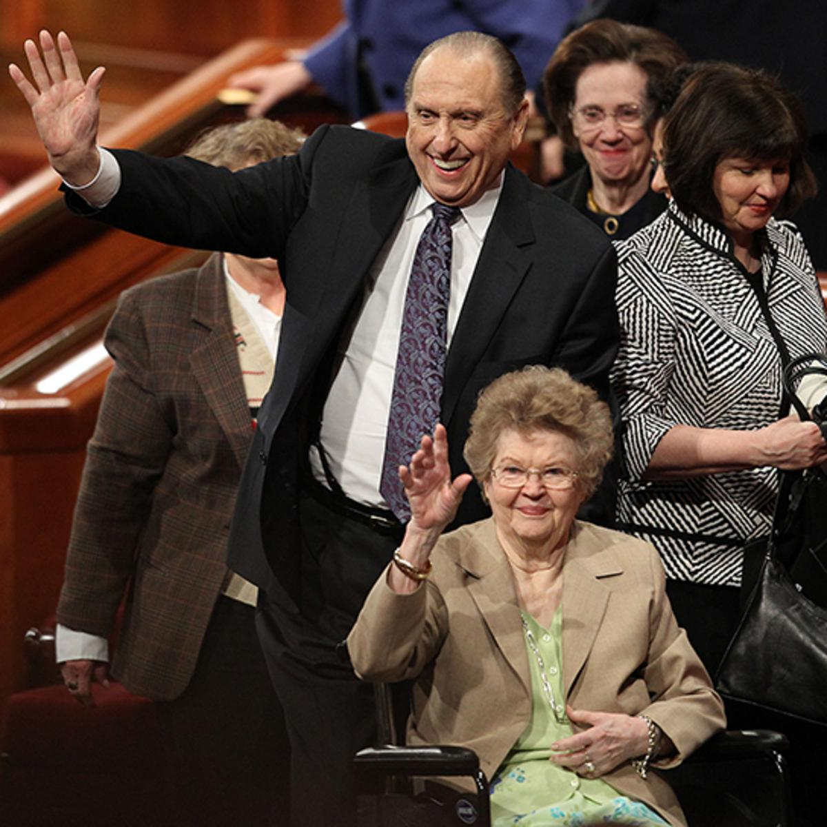 El Presidente Thomas S. Monson y su esposa, Frances, saludan a la multitud después de la 181ª Conferencia General Anual el Domingo, 3 de Abril de 2011, en Salt Lake City, Utah. Foto de Tom Smart, Deseret News.