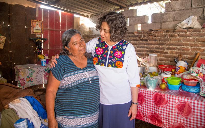 Hermana Reyna I. Aburto con una hermana damnificada por los sismos
