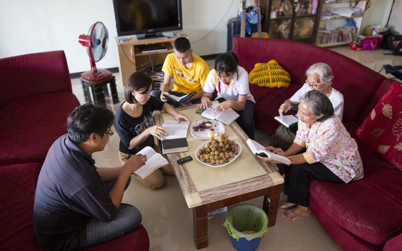 familia estudiando las escrituras