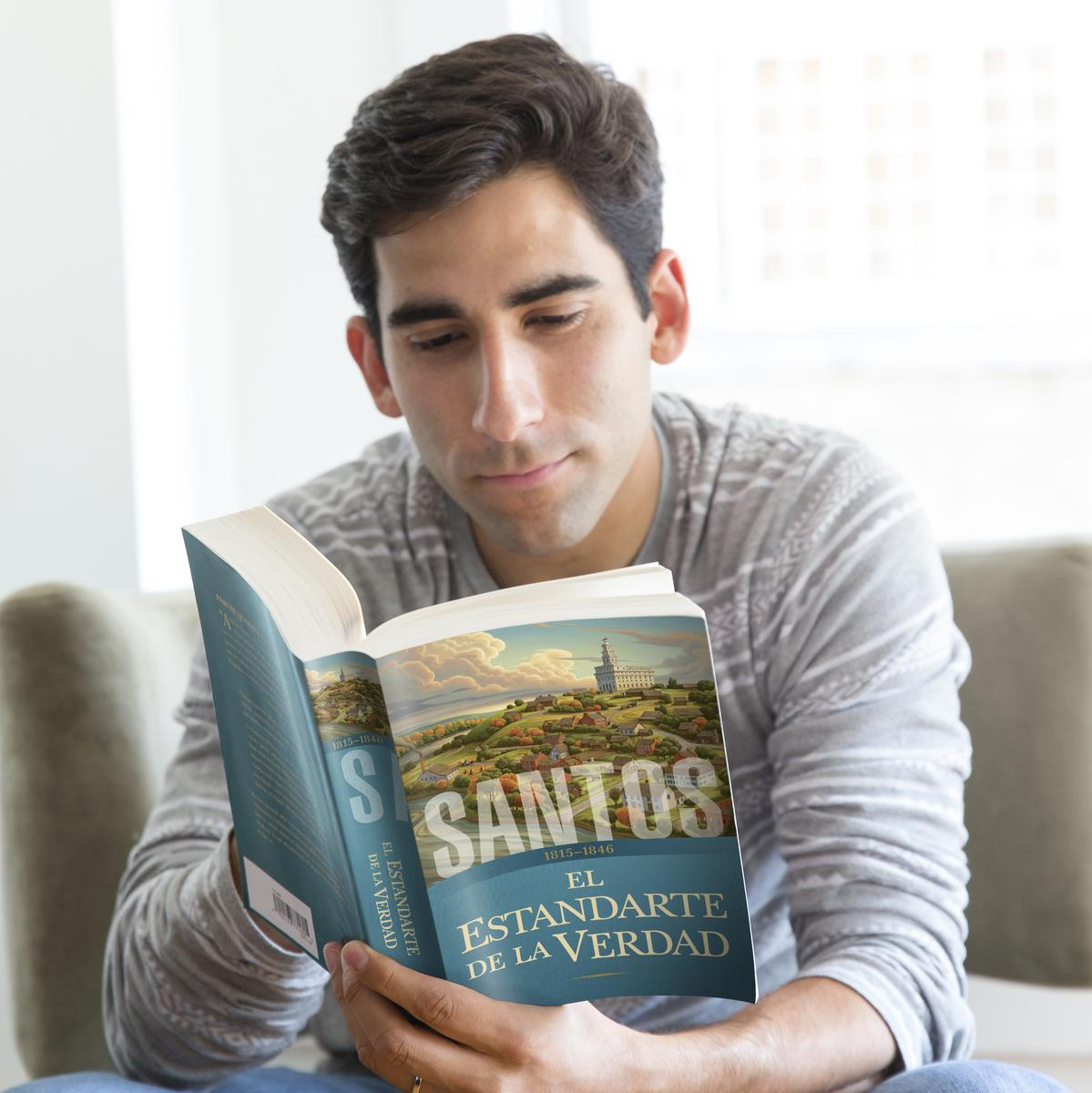 Hombre leyendo el primer tomo de Santos: La historia de la Iglesia de Jesucristo en los últimos días