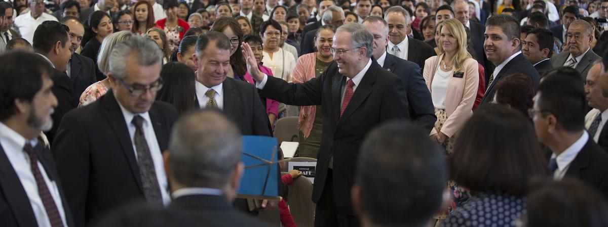 El élder Neil L. Andersen saludando a los santos de Guadalajara, México.