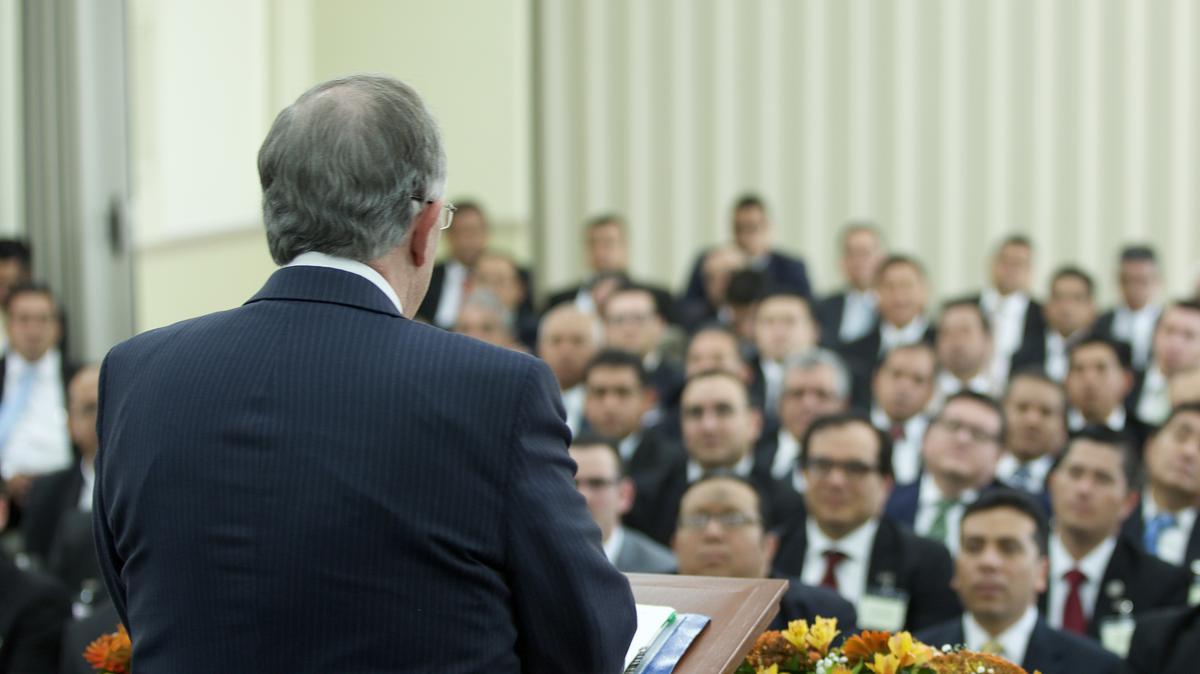 Élder Andersen con líderes de Guadalajara