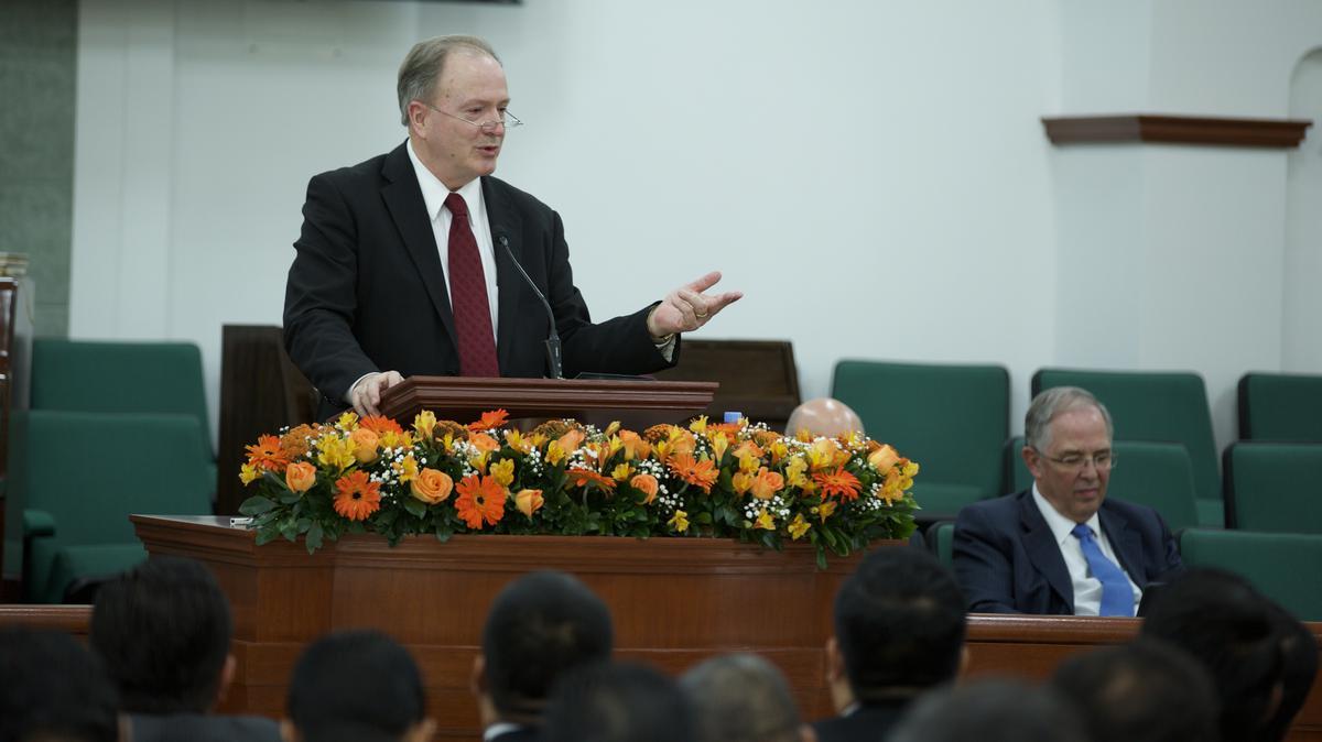 Élder Robbins durante la visita de élder Andersen a Guadalajara