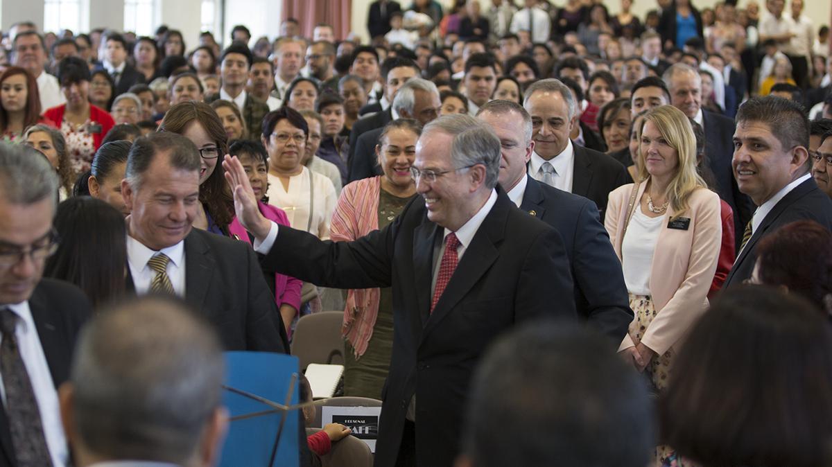 Élder Neil L. Andersen saludando a los santos de Guadalajara, México.