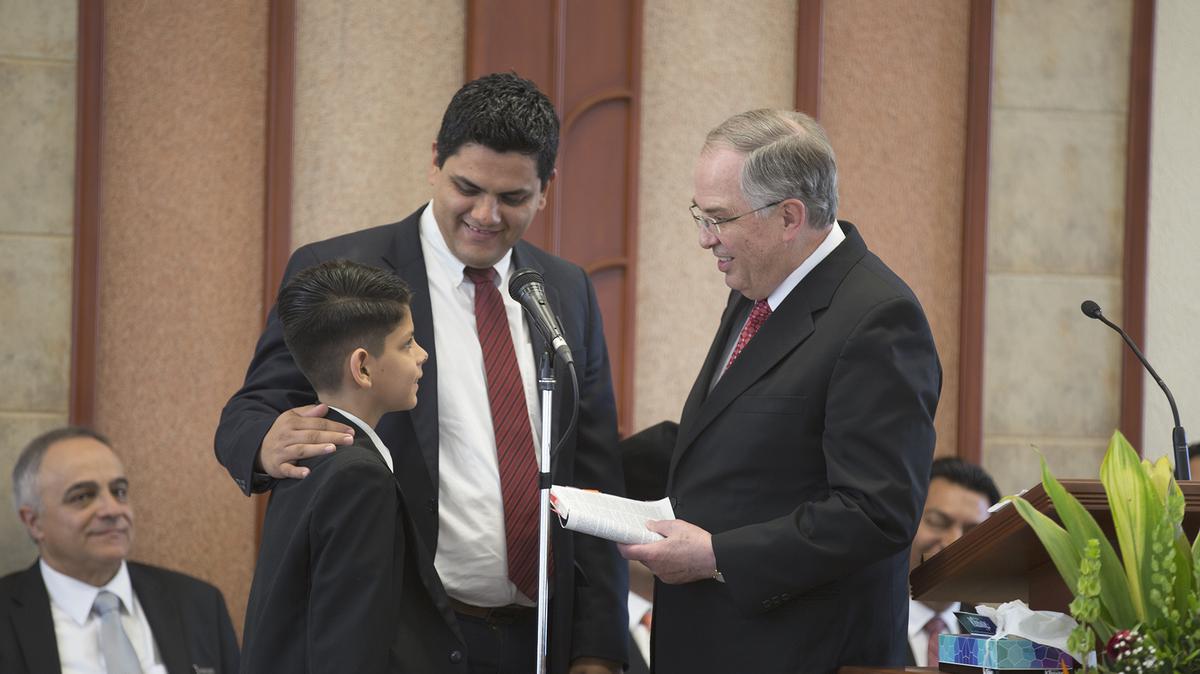 Élder Andersen hablanco con un niño durante la conferencia con los santos de Guadalajara