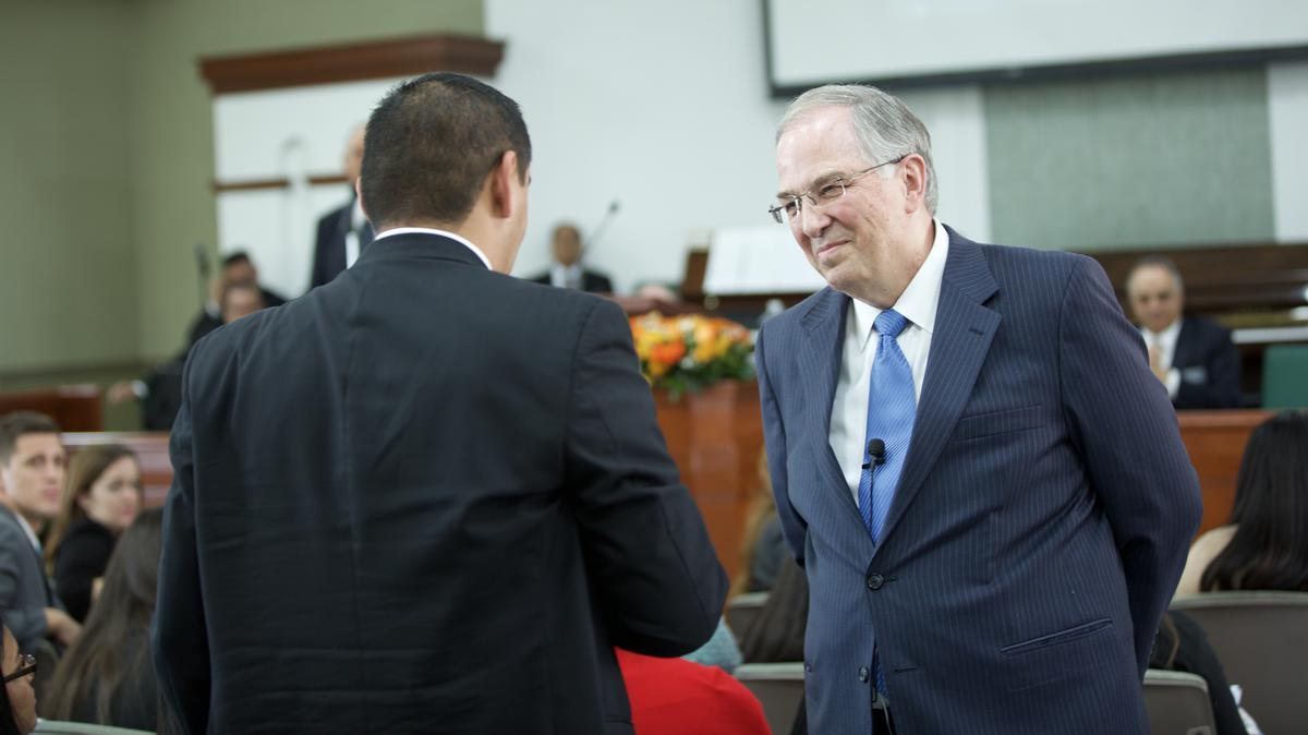 Élder Andersen hablando con misionero de Guadalajara