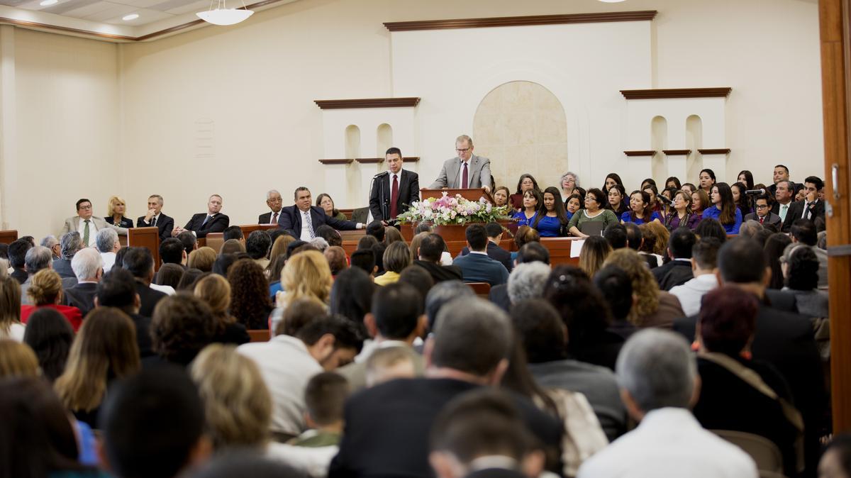 El élder Gary E. Stevenson en conferencia con los miembros de Sonora, México.