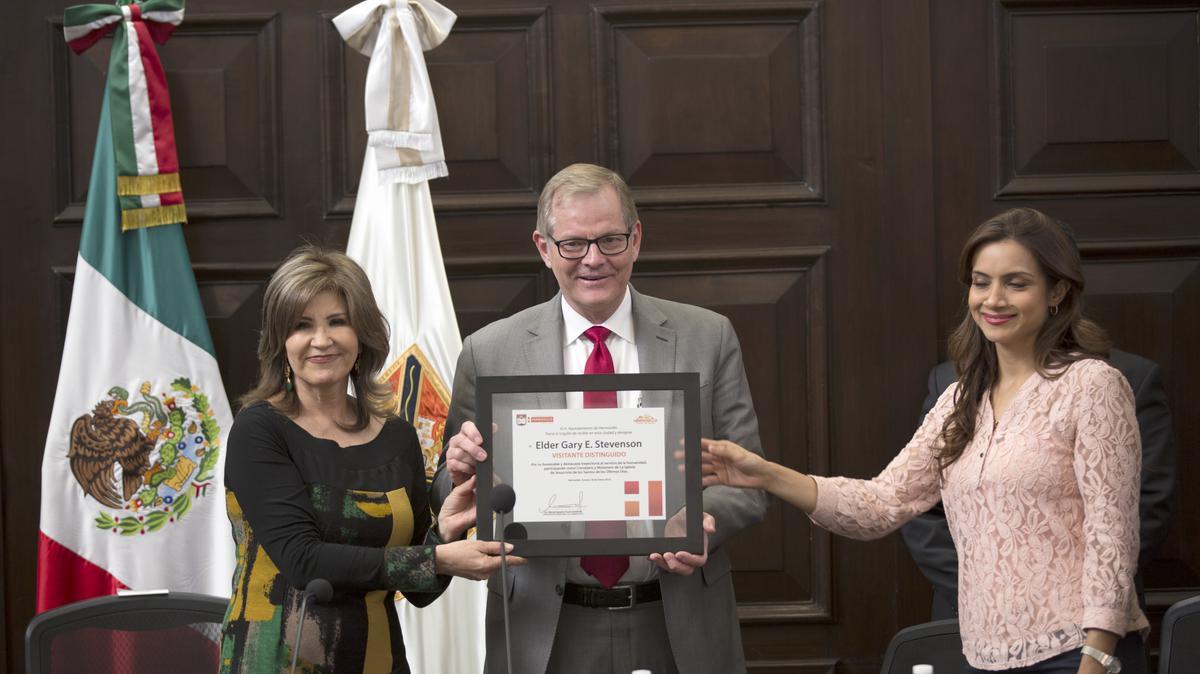 El élder Gary E. Stevenson recibiendo reconocimiento por parte de la presidenta municipal de Hermosillo.