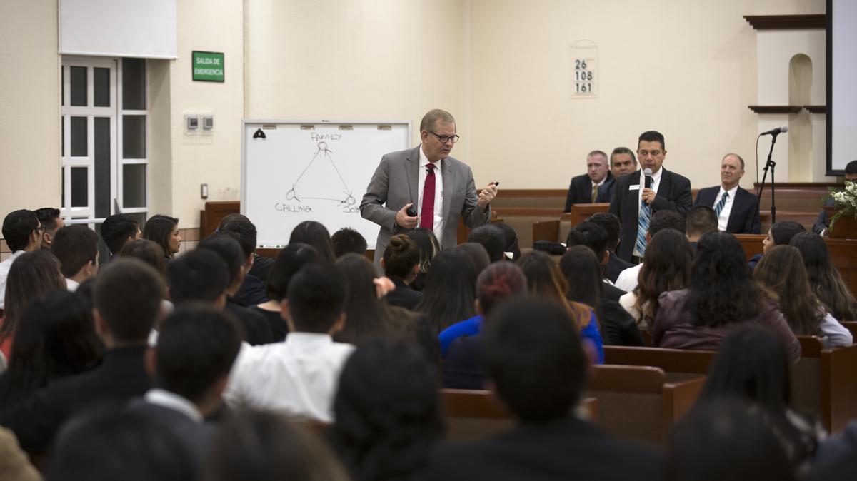 Élder Stevenson instruyendo a los miembros de Sonora