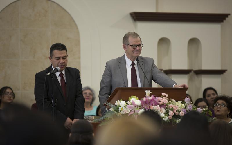 El élder Gary E. Stevenson en conferencia con los miembros durante su visita a Sonora.