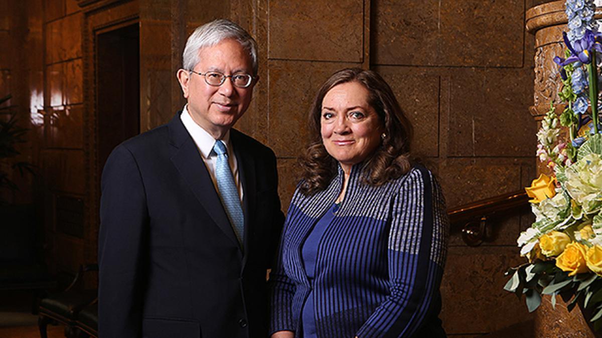 El élder Gerrit W. Gong y su esposa