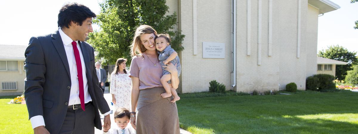familia al exterior de un centro de reuniones