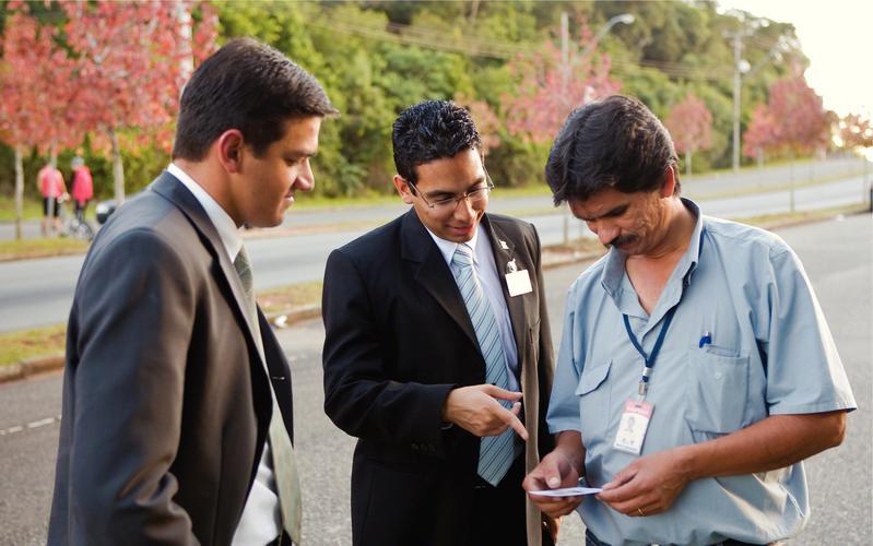 Misioneros platicando con un hombre