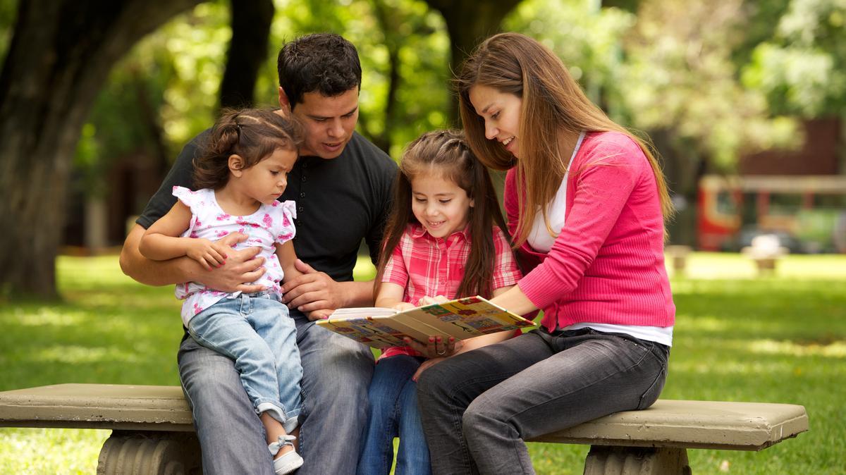 Familia viendo un álbum de foto