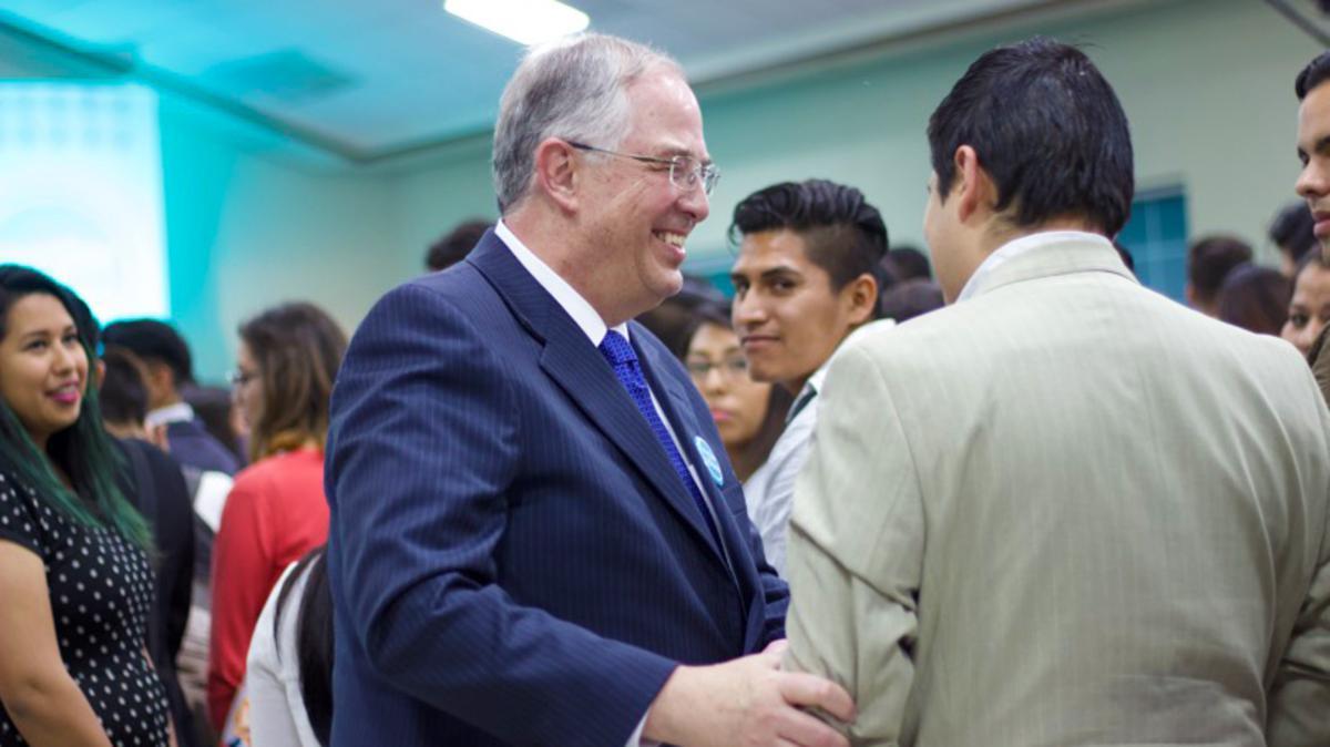 Élder Andersen con los JAS de Guadalajara en el devocional Invitar a todos