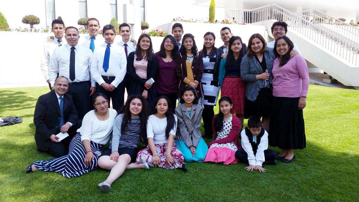 Jóvenes del barro Satelite asisten al templo