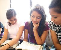 Jóvenes leyendo las escrituras durante una clase dominical