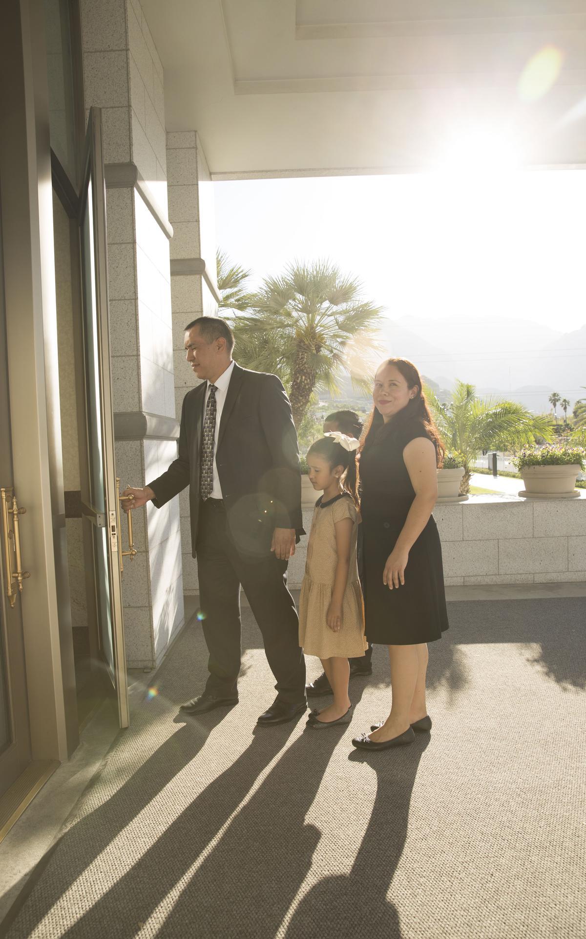 Familia entrando al Templo de Monterrey