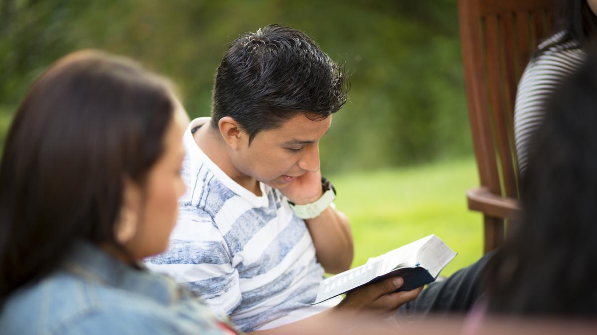Adulto joven analizando las escrituras