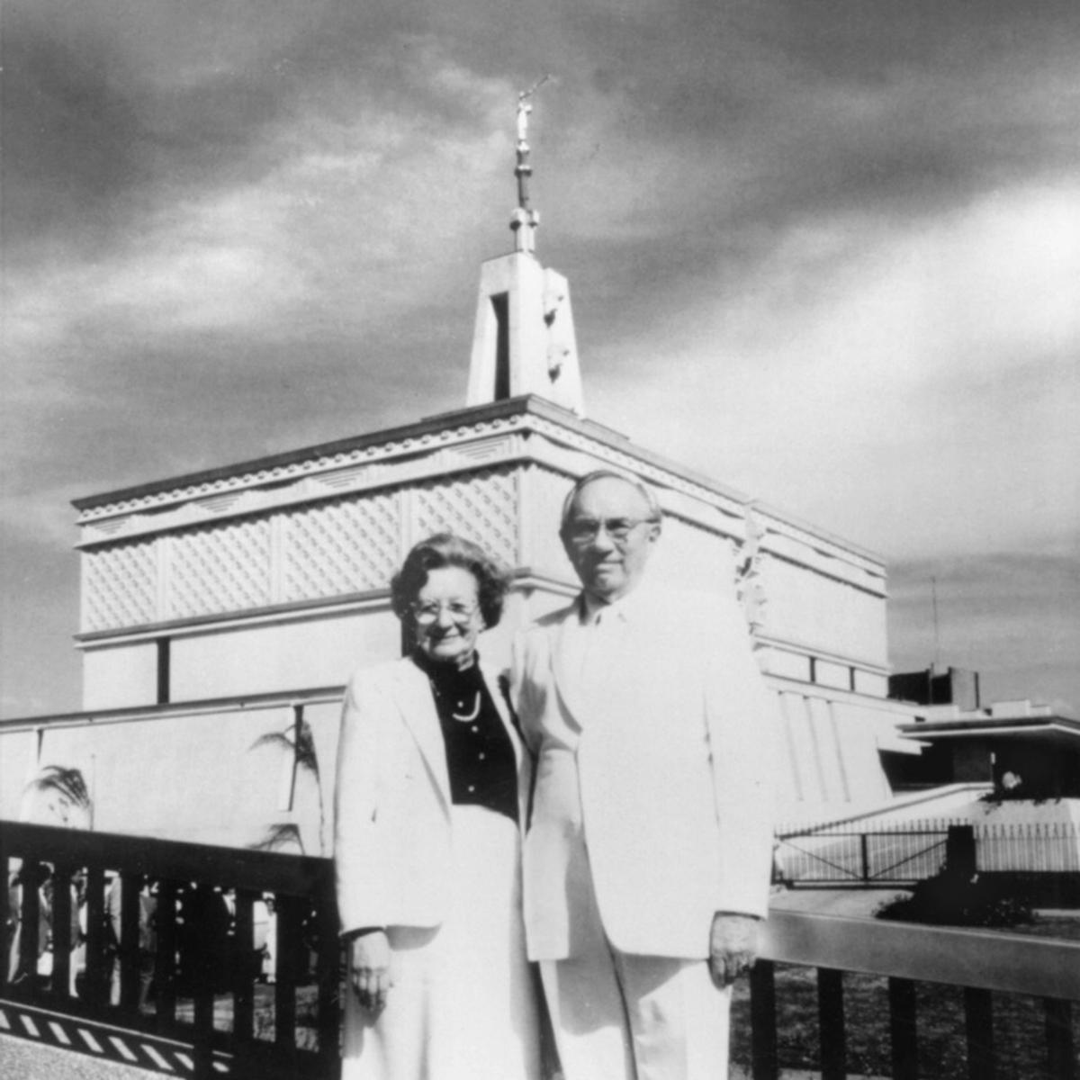 El presidente y la hermana Hinckley en la dedicación del Templo de la Ciudad de México