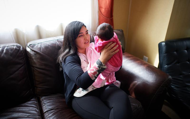 Madre cardando a bebé