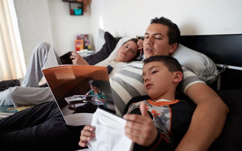 Padre estudiando Ven, Sígueme con sus hijos