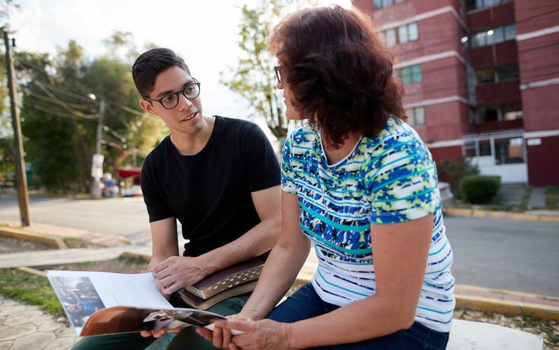 Un adulto joven y su madre estudian Ven, sígueme