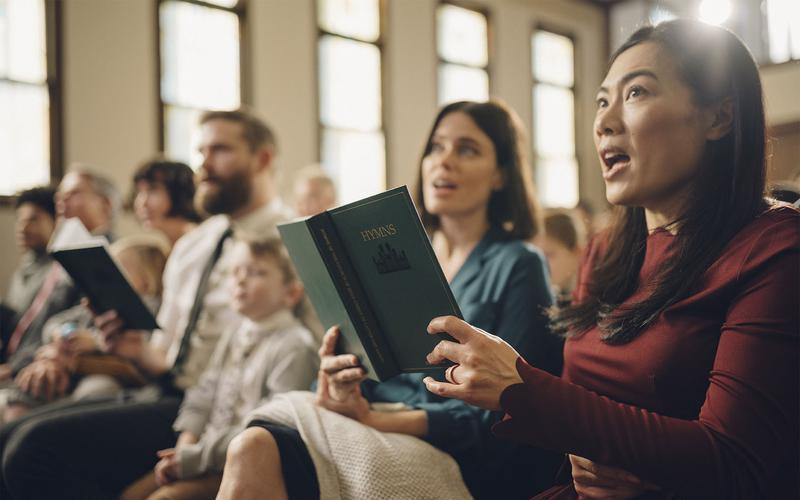 Congregación cantando