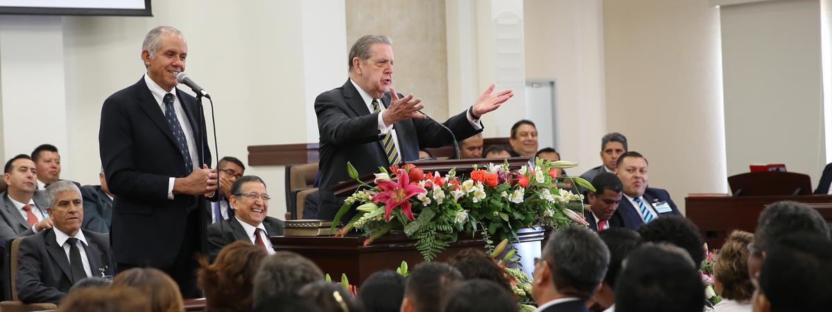 Élder Jeffrey R. Holland en México