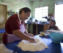 Mujer horneando pan
