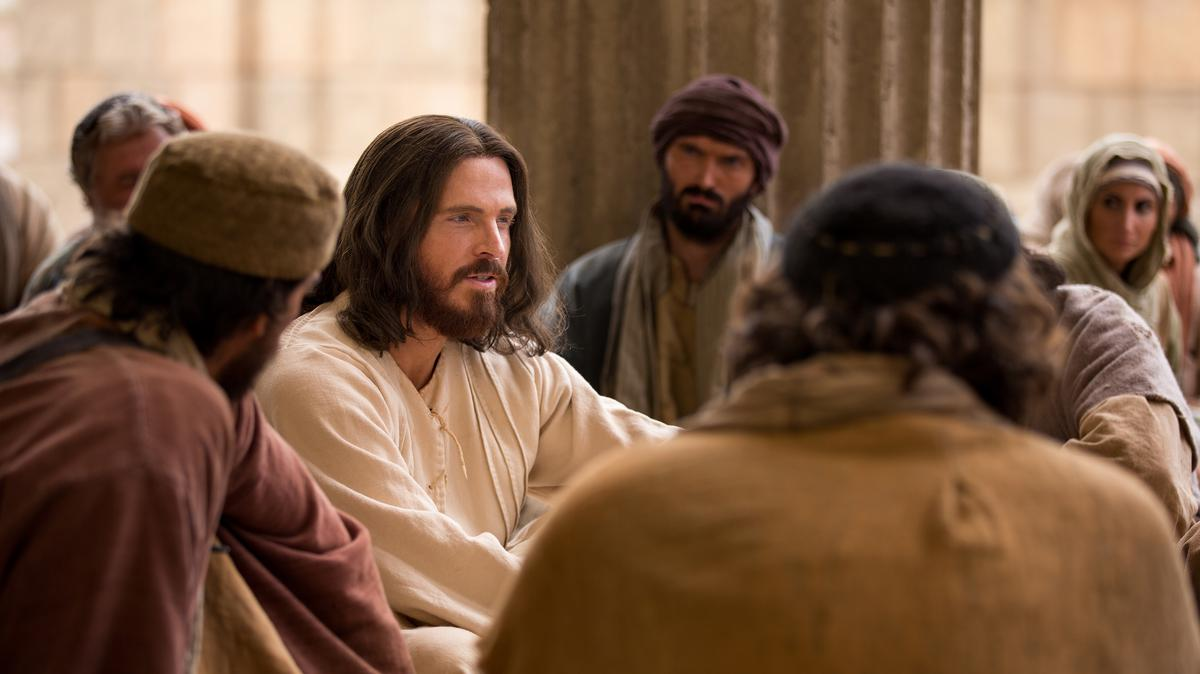 Jesucristo rodeado de personas mientras las instruye.