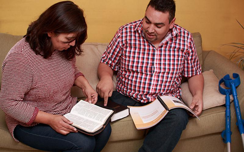 Luis Zepeda, su esposa y la autosuficiencia
