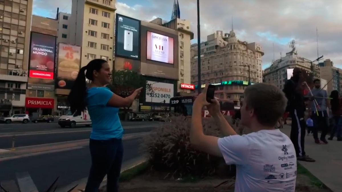 Jóvenes opinan sobre ILUMINA el MUNDO en la Avenida 9 de Julio