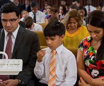 Familia participa de la Santa Cena en el dia de reposo