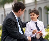 Padre conversa con su hijo