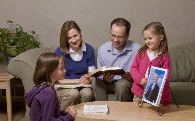 Padres enseñan en el hogar