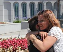 Madre abraza al hijo en el templo