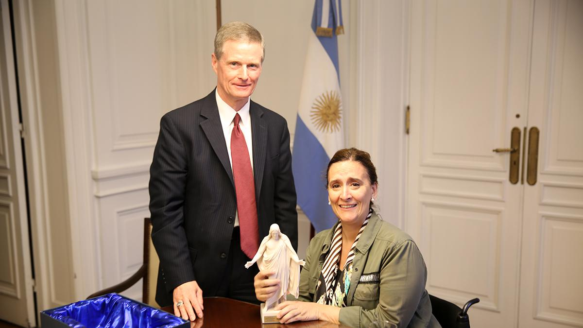 El Elder David A. Bednar visitó a la Vicepresidenta Gabriela Michetti