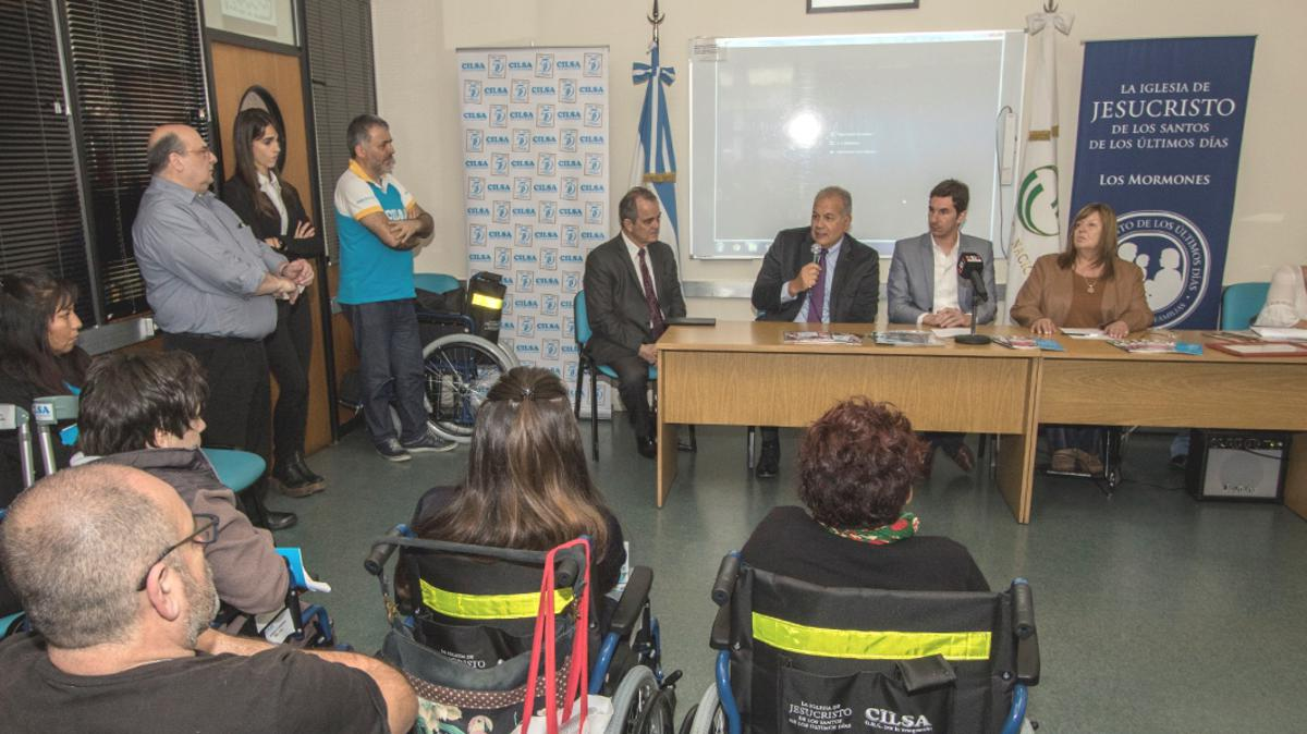 Donación de sillas de ruedas en la Universidad de La Matanza