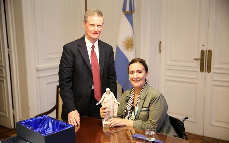 Elder Bednar y Gabriela Michetti